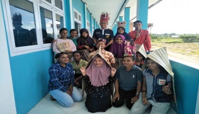 MAHASISWA PROGRAM STUDI PENDIDIKAN BAHASA INDONESIA FKIP UNIMUDA SORONG MELAKUKAN PRAKTIK MATA KULIAH FOKLOR
